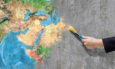 Weltkarte wird auf grauen Hintergrund aufgemalt